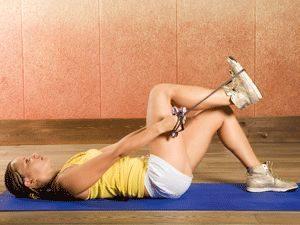 Упражнение лежа со скакалкой